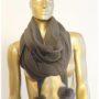 Halsduk/sjal med pälsbollar finns i två olika färger