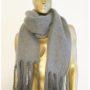 Större halsduk med fransar, finns i två olika färger